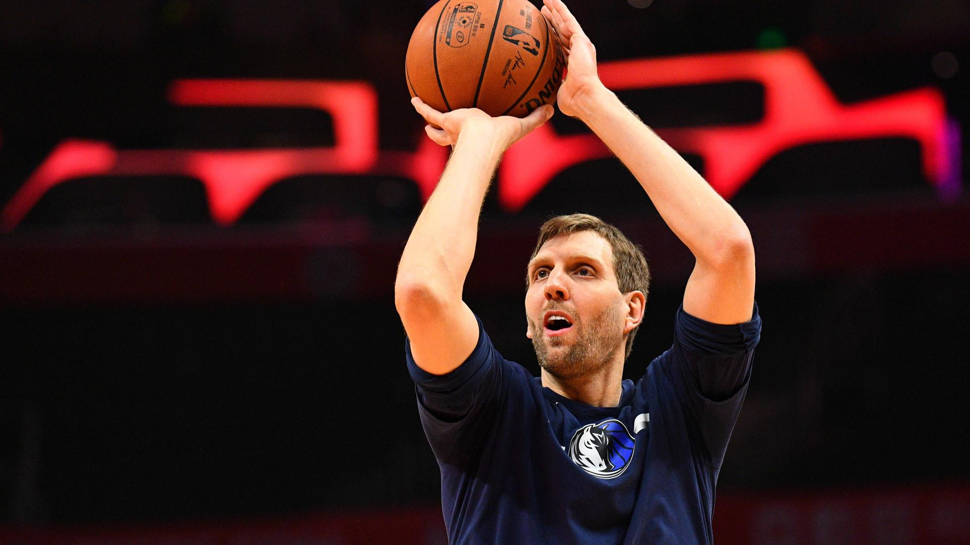 LOS ANGELES, CA - FEBRUARY 25: Dallas Mavericks Forward Dirk Nowitzki (41) shoots before a NBA Basketball Herren USA game between the Dallas Mavericks and the Los Angeles Clippers on February 25, 2019 at STAPLES Center in Los Angeles, CA. (Photo by Brian Rothmuller/Icon Sportswire) NBA: FEB 25 Mavericks at Clippers PUBLICATIONxINxGERxSUIxAUTxHUNxRUSxSWExNORxDENxONLY Icon19022527003