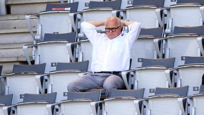 Fußball: Bundesliga, SC Freiburg - FC Schalke 04, 34. Spieltag im Schwarzwald-Stadion. Fritz Keller, Präsident des DFB, sitzt während des Spiels auf einer Tribüne. +++ dpa-Bildfunk +++