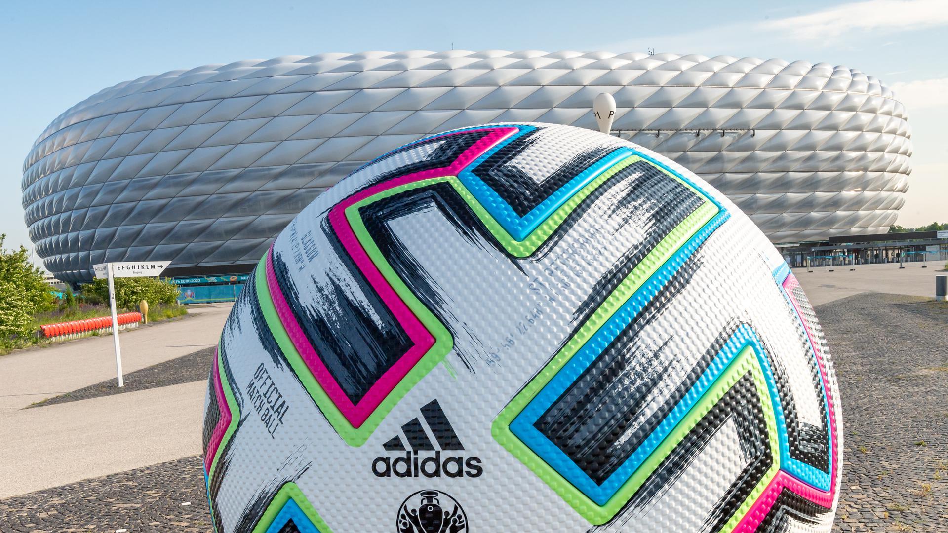 Ein überdimensionaler Fußball steht vor der Allianz Arena. Am 15.06.2021 findet in diesem Stadion die Begegnung der Gruppe F, Frankreich gegen Deutschland, statt. Insgesamt 24 Nationen treten bei der Fußball-Europameisterschaft 2021 an. +++ dpa-Bildfunk +++
