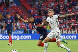 Fußball: EM, Frankreich - Deutschland, Vorrunde, Gruppe F, 1. Spieltag in der EM-Arena München. Kylian Mbappe (Frankreich) und Toni Kroos (Deutschland, r) in Aktion.