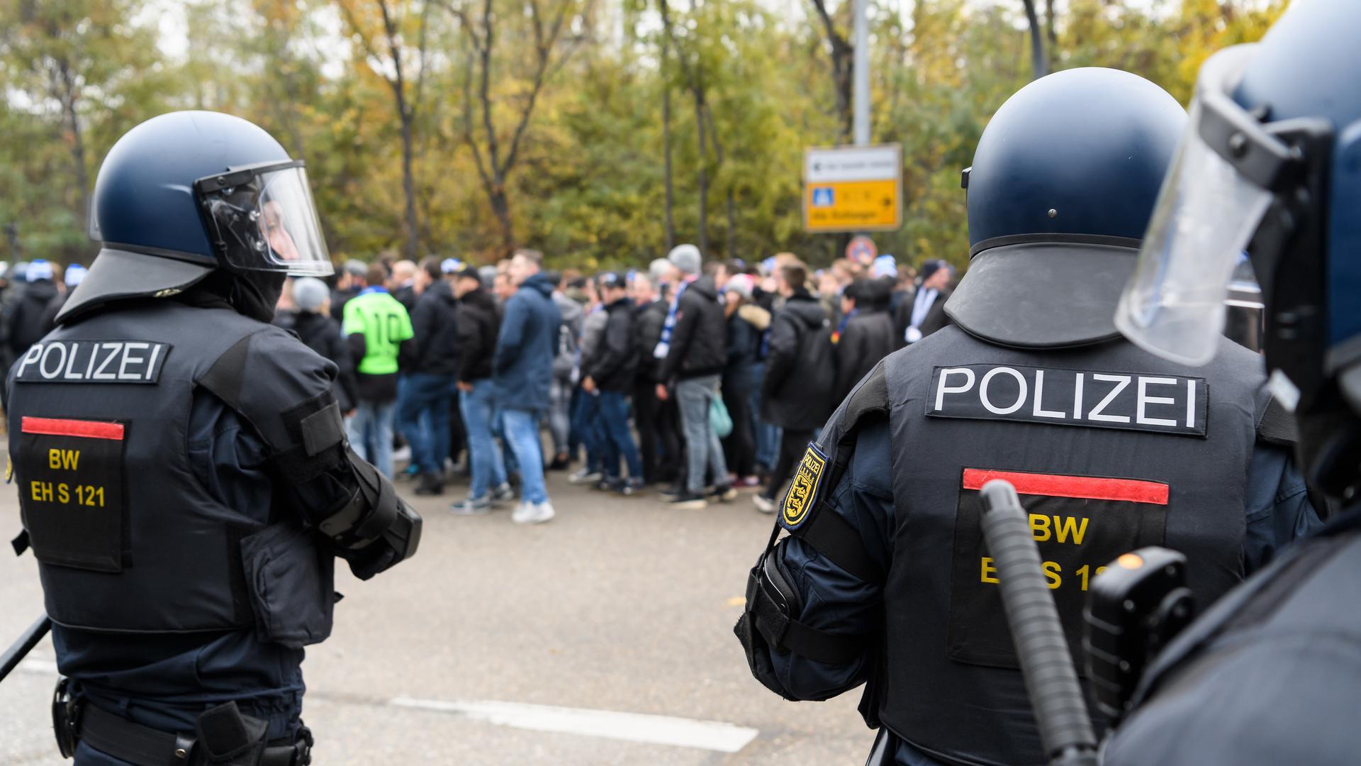 Polizei sichert den Fanmarsch des KSC.  GES/ Fussball/ 2. Bundesliga: VfB Stuttgart - Karlsruher SC, 24.11.2019  Football / Soccer: 2nd League: VfB Stuttgart vs Karlsruher SC, Stuttgart, November 24, 2019
