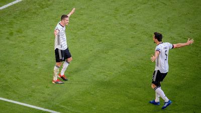 Erleichtert: Torschütze Robin Gosens und Mats Hummels (rechts) nach dem zwischenzeitlichen 4:1. .