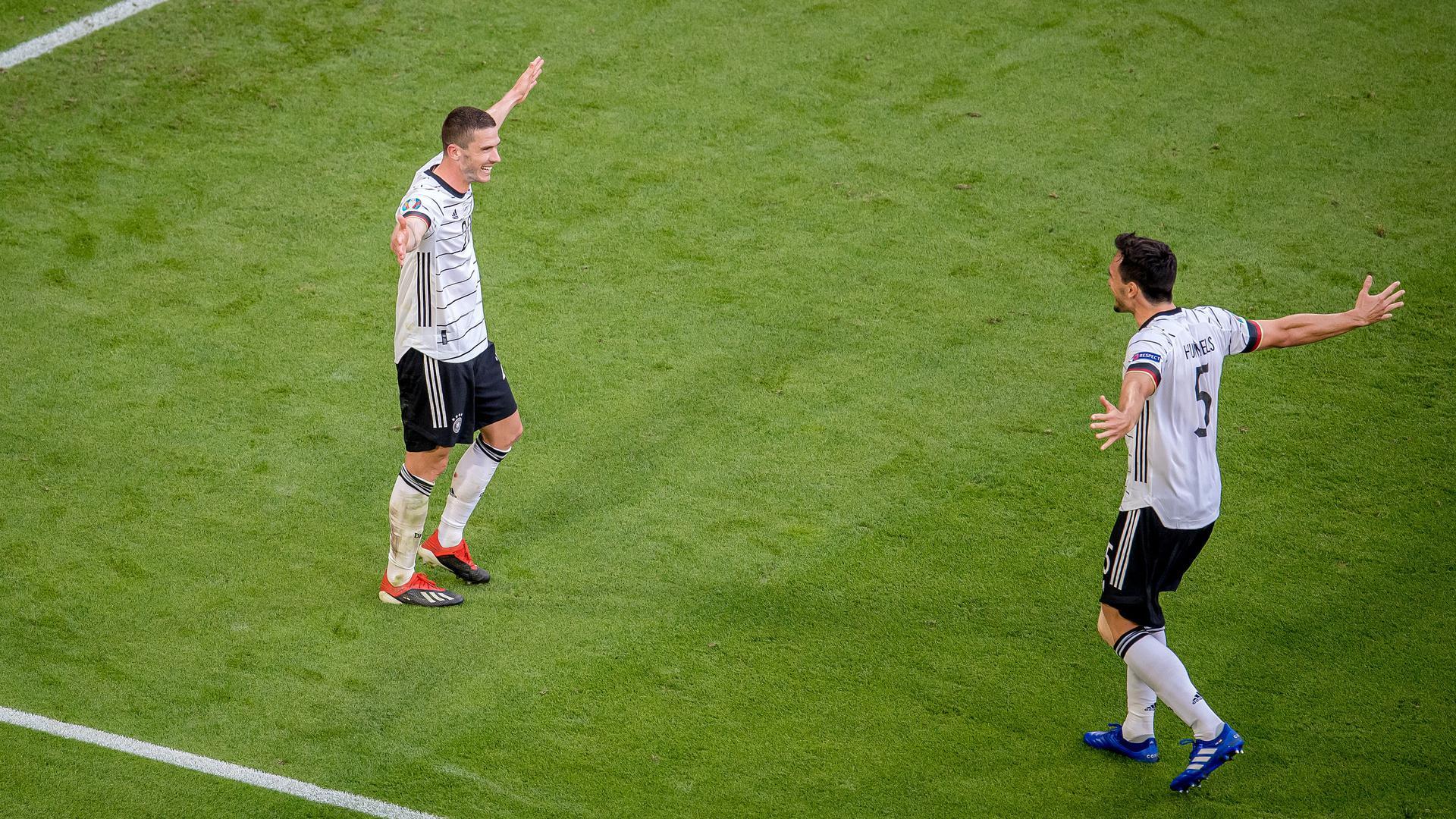 Robin Gosens (Deutschland) jubelt nach seinem Treffer zum 4:1 mit Mats Hummels.  GES/ Fussball/ UEFA Euro 2020: Gruppe F: 2. Spieltag: Spiel 24: Portugal - Deutschland, 19.06.2021  Football / Soccer: UEFA Euro 2020: Group F: Matchday 2: Match 24: Portugal vs Germany, Munich, Germany, June 19, 2021
