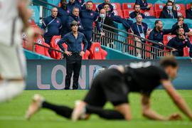 Fassungslos: Bundestrainer Joachim Löw nach dem Schlusspfiff im Londoner Wembleystadion. Seine Ära endete im selben Moment.