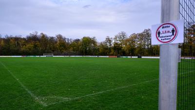 Verwaister Fussballplatz der Spvgg Durlach Aue.  GES/ Fussball/ Sport waehrend Corona, 01.11.2020  Sport during the Corona Crisis, November 1, 2020