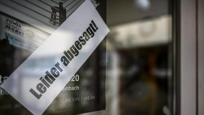 Aussenaufnahme, Leider abgesagt, prangt auf der Eingangstuer zur Schelmenbuschhalle. Das Spiel gegebn TV Eppelheim findet nicht statt.  GES/ Coronavirus in Deutschland, 14.03.2020  Life with Coronavirus, Langensteinbach, March 14, 2020