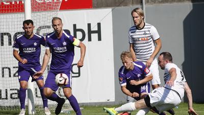 Mathias Schäfer, Holger Fuchs und Erax Gür (lila, FC Nöttingen) gegen Fagbian Geckle  (weiß, SV Spielberg)