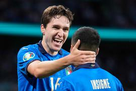 Italy's midfielder Federico Chiesa (L) celebrates his opening goal with Italy's forward Lorenzo Insigne during the UEFA EURO 2020 semi-final football match between Italy and Spain at Wembley Stadium in London on July 6, 2021. / AFP / POOL / Frank Augstein