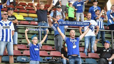 KSC Fans halten Schals in die Luft