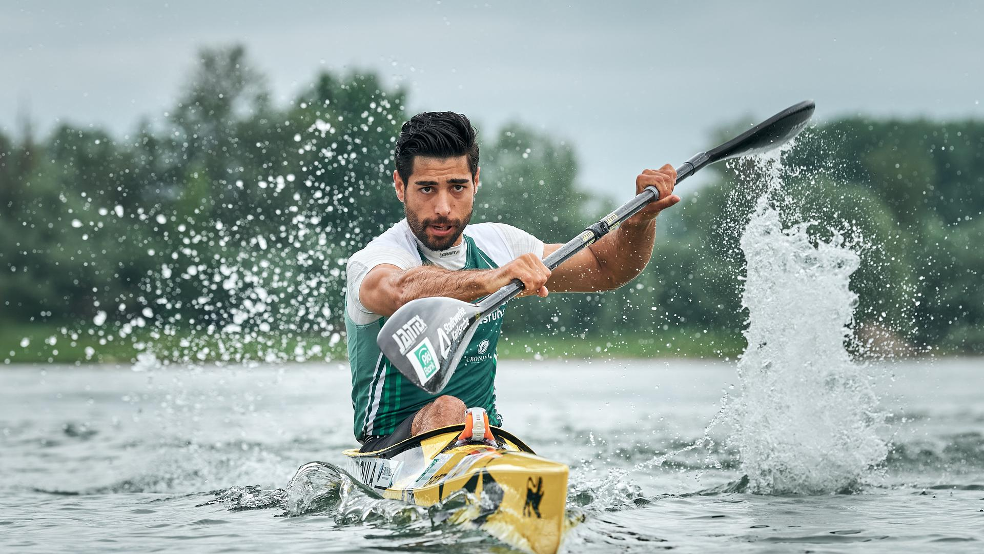 Saeid Fazloula in einem gelben Kanu
