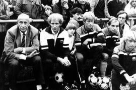 Werner Knaus (Zweiter von links) sitzt auf der Trainerbank der FVgg Weingarten bei einem Benefizspiel gegen den Karlsruher SC neben Helmut Schön (links), dem deutschen Weltmeistertrainer von 1974.