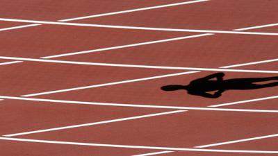Der Schatten eines Läufers ist am Sonntag (06.08.2006) im Ullevi Stadion in Göteborg auf der Tartanbahn zu sehen. Hier finden vom 07. - 13.08.2006 die 19. Leichtathletik Europameisterschaften statt. Foto: Kay Nietfeld dpa +++(c) dpa - Bildfunk+++ | Verwendung weltweit