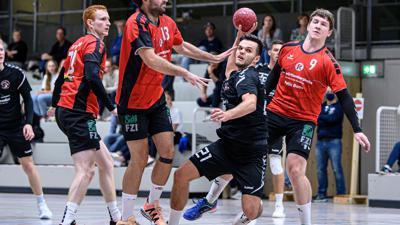 Am Ball: David Heinrich (m/ SG) gegen Benjamin Westhauser, Igor Ziegler Ruiz und Hendrik Weil (Rintheim/ v.l.)   GES/ Handball/ TSV Rintheim - SG Odenheim/Unteroewisheim, 17.10.2020