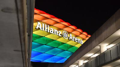 Die Allianz Arena leuchtet in den Regenbogenfarben als Zeichen fuer Toleranz und gegen Diskriminierung. Fussball 1. Bundesliga Saison 2020/2021,19.Spieltag,Spieltag19, FC Bayern Muenchen-TSG 1899 Hoffenheim 4-1 am 30.01.2021 ALLIANZ ARENA. *** The Allianz Arena lights up in rainbow colors as a sign for tolerance and against discrimination Football 1 Bundesliga Season 2020 2021,19 Spieltag,Matchday19, FC Bayern Muenchen TSG 1899 Hoffenheim 4 1 on 30 01 2021 ALLIANZ ARENA