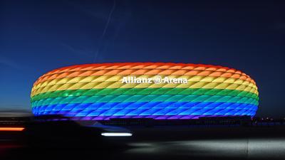 """Die Hülle der Allianz Arena leuchtet anlässlich des Christopher Street Days in Regenbogenfarben. (zu """"UEFA-Beschluss: Münchner EM-Stadion nicht in Regenbogen-Farben"""") +++ dpa-Bildfunk +++"""