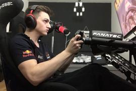 Marcel Kiefer aus Karlsruhe beim Fahren in seinem Simulator
