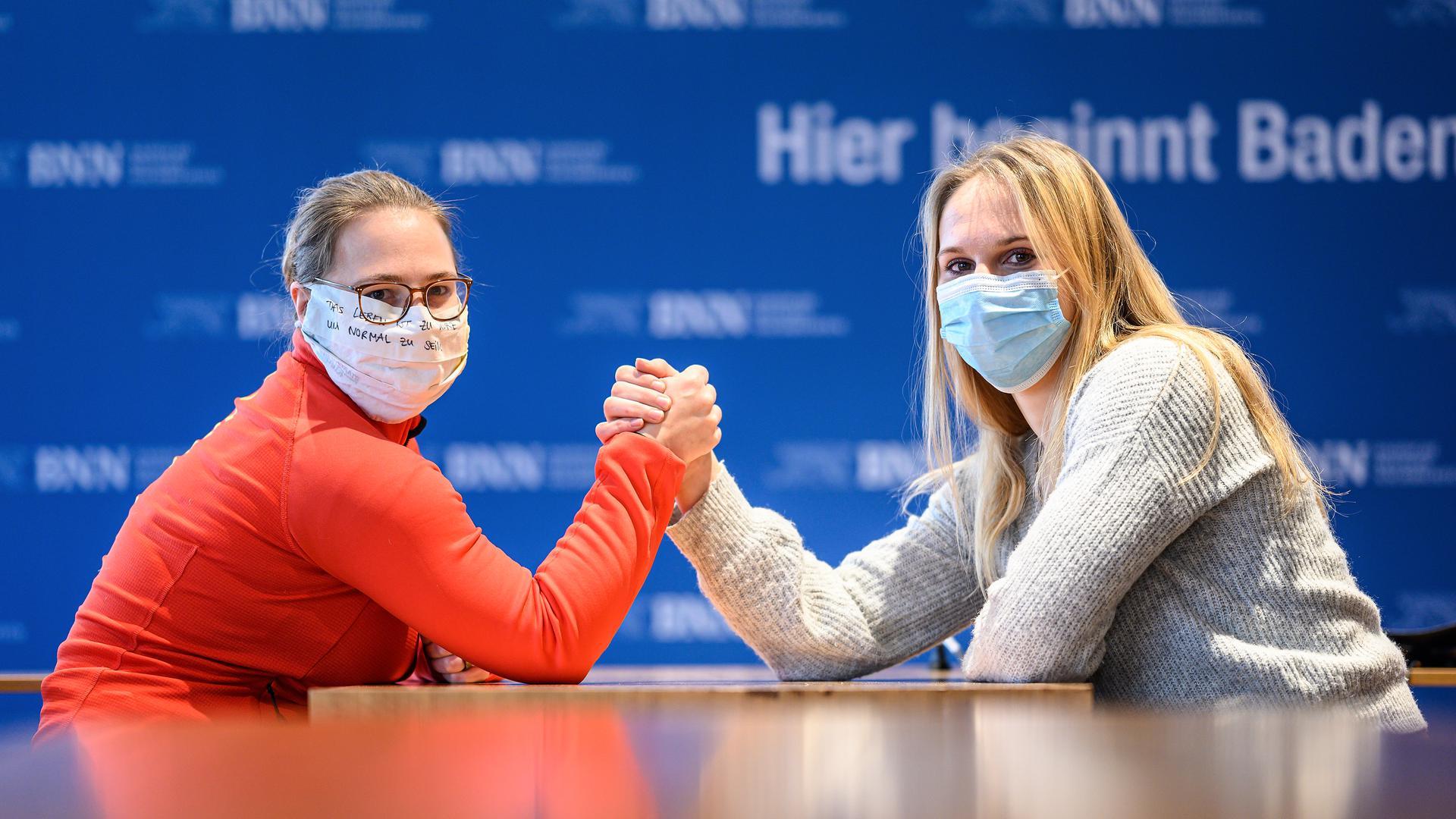 Luisa Niemesch (l./ Ringen) und Sabine Kusterer (r./Gewichtheben) beim gestellten Kraeftemessen.  GES/ Sportart/ Interview BNN, 07.12.2020