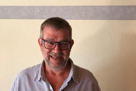 Bezirksjugendwart des SBFV Reiner Nold, Porträtfoto mit Fußball
