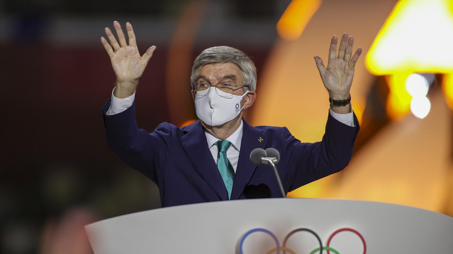 08.08.2021, Japan, Tokio: Olympia: Abschlussfeier im Olympiastadion. Der Präsident des Internationalen Olympischen Komitees, Thomas Bach, winkt während der Abschlusszeremonie Foto: Dan Mullen/Pool Getty Images/dpa +++ dpa-Bildfunk +++