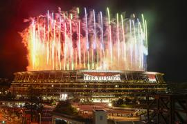 08.08.2021, Japan, Tokio: Olympia: Abschlussfeier im Olympiastadion. Feuerwerk während der Abschlusszeremonie. Foto: Kiichiro Sato/AP/dpa +++ dpa-Bildfunk +++