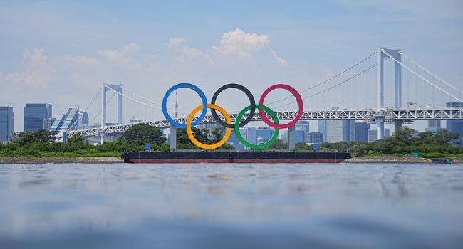Ein Blick auf olympischen Ringe vor der Rainbow Bridge. Die Ringe stehen auf einem Ponton in der Bucht von Tokio.