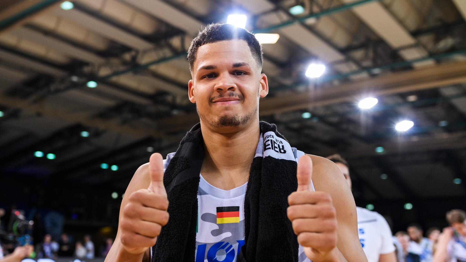 Schlussjubel nach Spielende, Maurice Pluskota (Lions) zeigt Daumen hoch.  GES/ Basketball/ ProA: PSK Lions - Ehingen Urspring, 25.01.2020 --