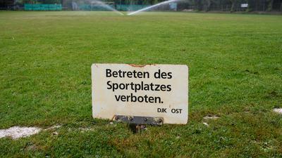 Der Fussballplatz des DJK Ost ist gesperrt, bewaessert und versorgt werden muss die Sportanlage trotzdem