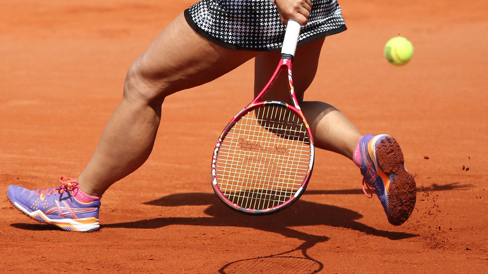 Die japanische Tennisspielerin Misaki Doi spielt am 21.05.2015 während des WTA-Tennisturniers in Nürnberg (Bayern) im Viertelfinale gegen die Deutsche Kerber. Foto: Daniel Karmann/dpa +++(c) dpa - Bildfunk+++ |