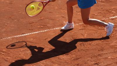 """Tennis: Show-Turnierserie """"International Premier League"""", eine deutsche Turnierserie mit deutschen und internationalen Teilnehmern. Morderger gegen Hering, beide aus Deutschland. Der Schatten von Yana Morderger ist auf dem Sandplatz zu sehen. +++ dpa-Bildfunk +++"""