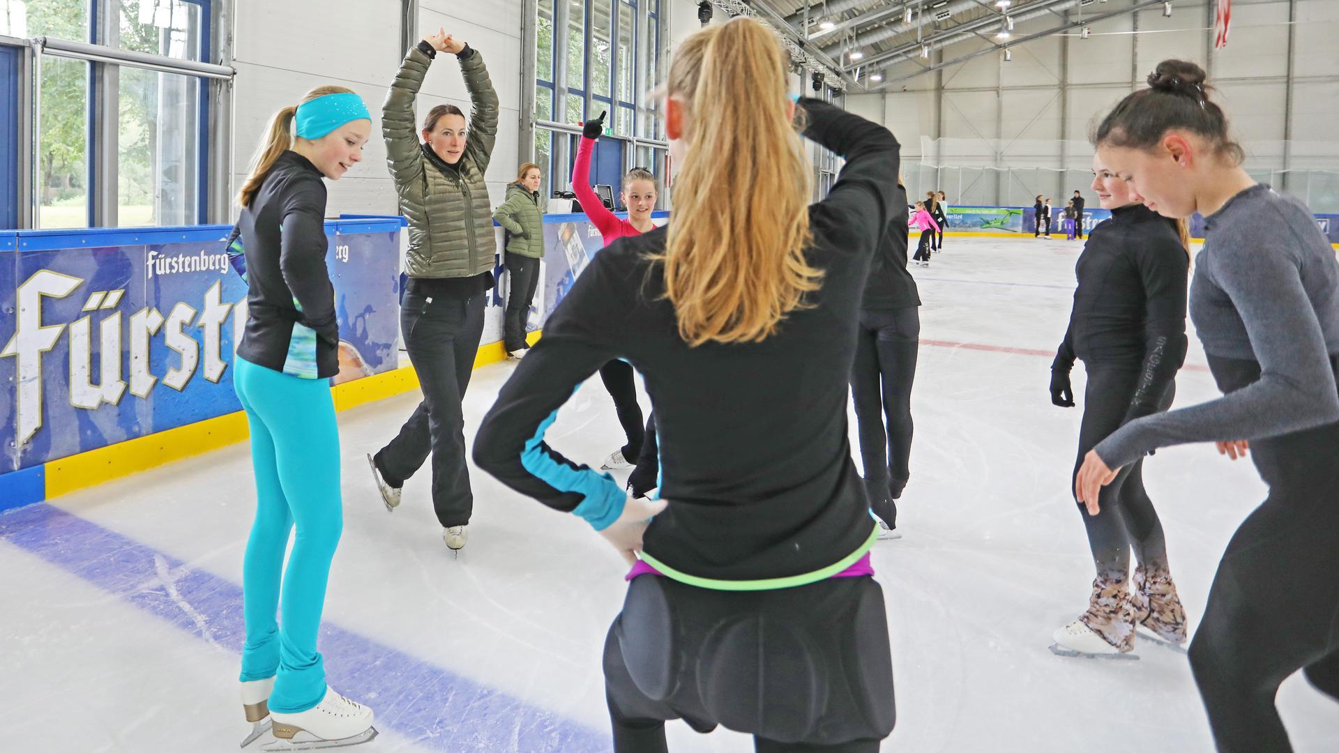 Trainerin Claudia Unger (Zweite von links) demonstriert dem Eiskunstlauf-Nachwuchs des TEC Waldau die richtige Haltung