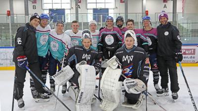 Paul Ullrich (rechts) beraumte relativ kurzfristig ein Trainingscamp für Eishockey-Profis im Pforzheimer Eissportzentrum  an. Als zweiter Coach war der ehemalige NHL-Spieler und DEB-Kapitän Marcel Goc (links) dabei.