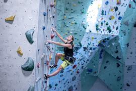 Vanessa Weber klettert im Kletterzentrum des Alpenvereins Karlsruhe.