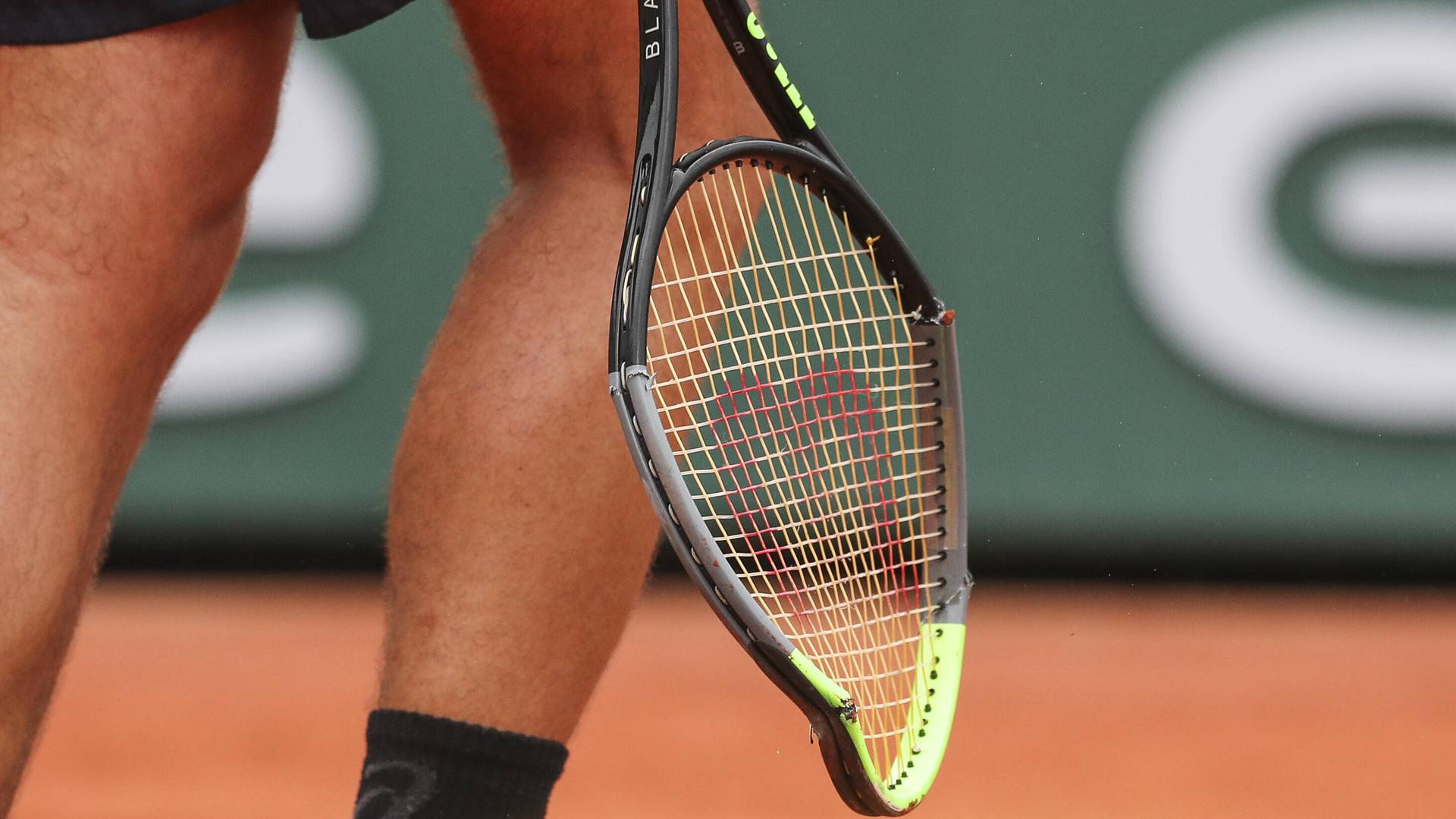 TENNIS - ATP, Tennis Herren French Open 2020 PARIS,FRANCE,29.SEP.20 - TENNIS - ATP World Tour, French Open, Roland Garros, Grand Slam. Image shows a feature of the broken racket of Vasek Pospisil CAN. PUBLICATIONxINxGERxHUNxONLY GEPAxpictures/xPatrickxSteiner
