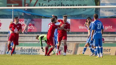 Bruchsaler Jubel: Nach dem Treffer freuen sich Erich Strobel und Patrick Berecko (Mitte).