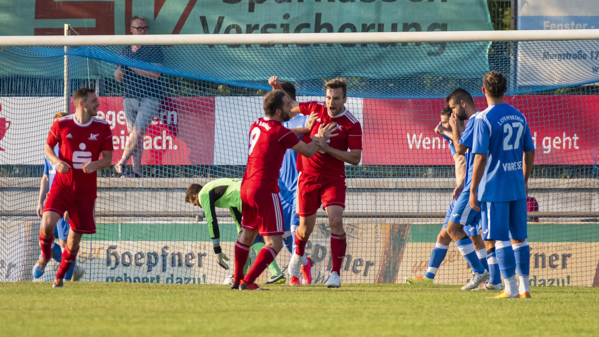 Gut in Form: Erich Strobel und Patrick Berecko (Mitte) freuen sich über einen Treffer des 1. FC Bruchsal im Pokalspiel gegen den 1. CfR Pforzheim.