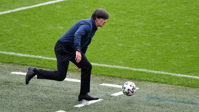 Nicht mehr ganz auf Ballhöhe: Für Joachim Löw war sein 197. Länderspiel das letzte in seiner langen Bundestrainer-Ära.