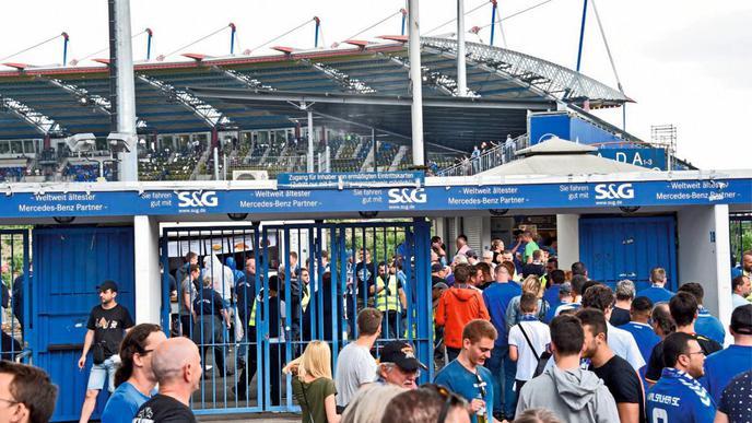 Viel los an den Kassenhäuschen am Wildparkstadion vor der Partie gegen Dresden.
