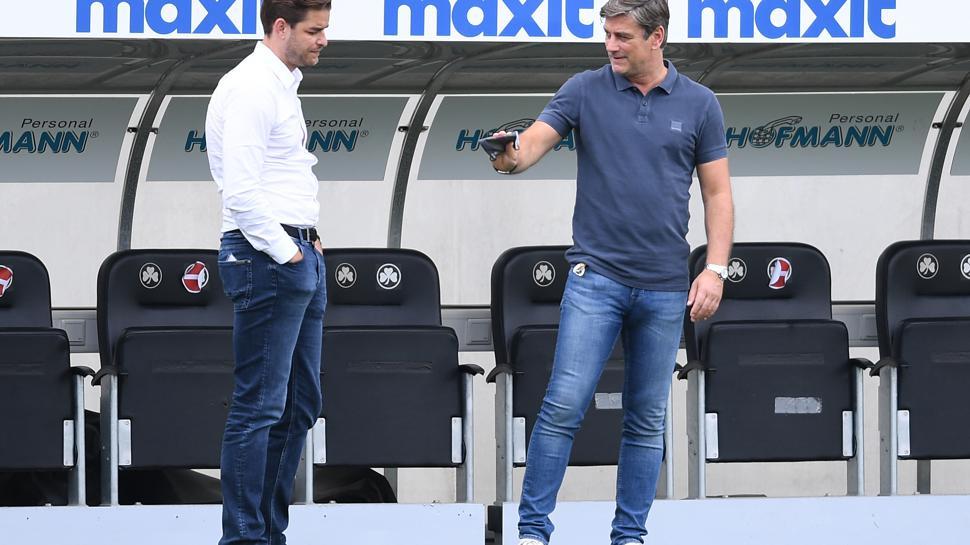Vor dem Spiel spricht Sportdirektor Oliver Kreuzer (KSC)/r mit Geschaeftsführer Michael Becker.