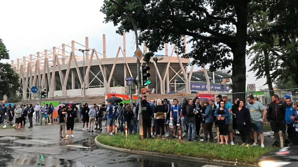 Zunächst hatten sich rund 100 Fans vor dem Wildparkstadion versammelt.