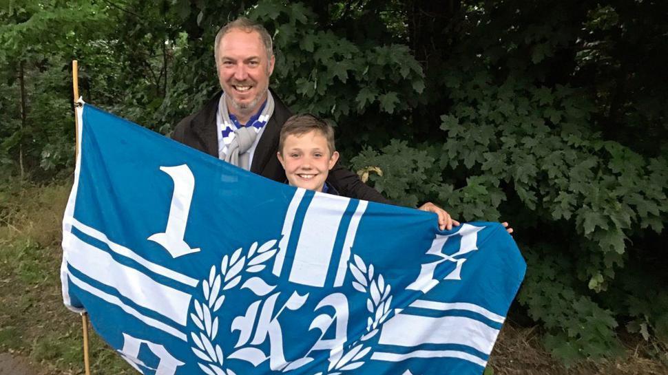Der elfjährige Maximilian war sogar extra mit seinem Vater aus Flehingen nach Karlsruhe gekommen, um seine Lieblingsmannschaft zu feiern. Er spielt selbst Fußball. Gerechnet habe er nicht mehr mit dem direkten Klassenerhalt.