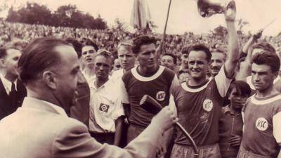 Stolzer Moment: Heinz Ruppenstein, Walter Baureis und Ossi Traub (von links) nach dem Pokaltriumph über den HSV im Wildparkstadion bei der Siegerehrung.