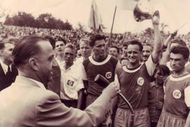 Stolzer Moment III: Heinz Ruppenstein, Walter Baureis und Ossi Traub (von links) nach dem Pokaltriumph über den HSV im Wildparkstadion bei der Siegerehrung.