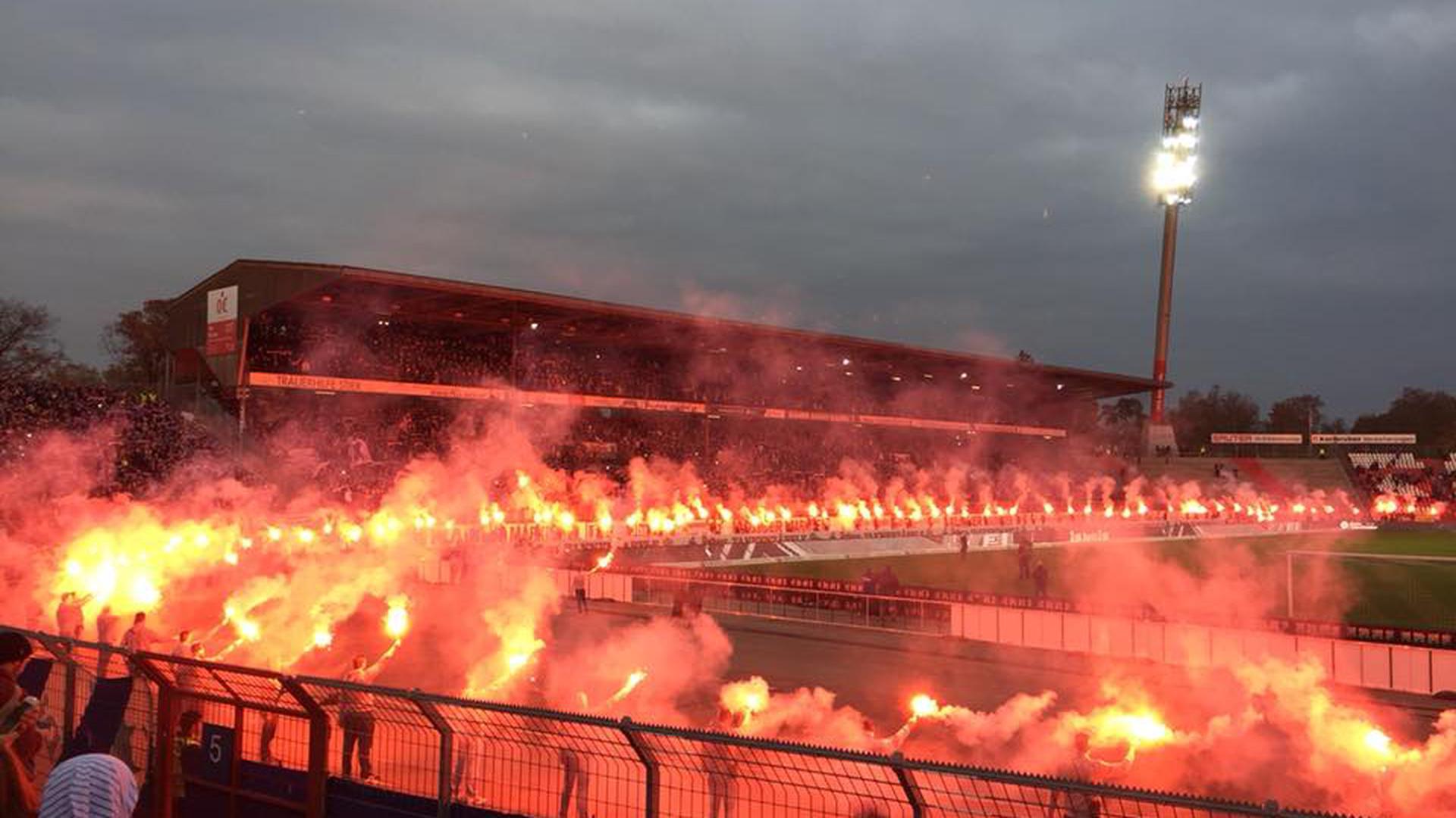 Besonderes Abschiedsgeschenk: Erlaubte Bengalos im Wildparkstadion.