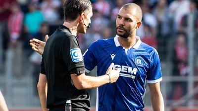 Nachbesprechung: Karlsruhes Abwehrspieler Daniel Gordon unterhielt sich nach dem Schlusspfiff in Regensburg mit Schiedsrichter Deniz Aytekin.