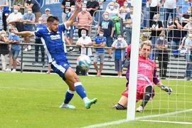 In letzter Sekunde: Saarbrückens Schlussmann Daniel Batz hindert Malik Batmaz bei der Generalprobe zum Ligastart im Grenke-Stadion am Torerfolg.