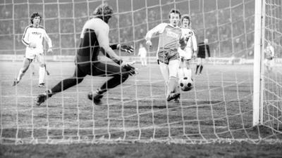 Ankündigung wahr gemacht: Helmut Behr (rechts) überwindet im Drittenrundenspiel des DFB-Pokals Borussia Mönchengladbach Torwart Wolfgang Kneib zum 1:0-Siegtor.