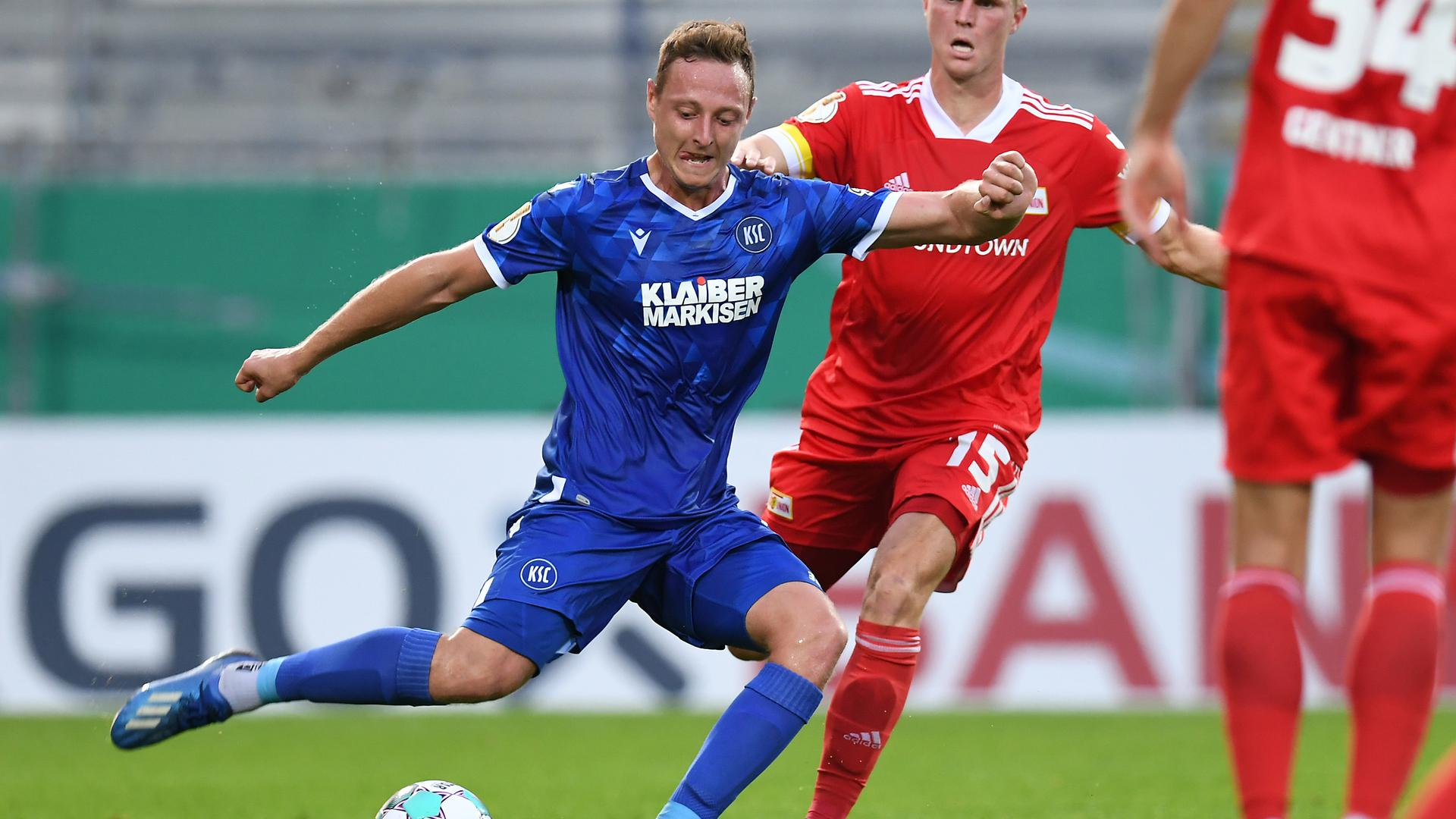 Robin Bormuth (KSC) und Marius Buelter (Union) Zweikampf, Duell zwischen   GES/ Fussball/ DFB-Pokal: Karlsruher SC - 1. FC Union Berlin, 12.09.2020  Football / Soccer: DFB-Cup: KSC vs Union Berlin, Location, September 12, 2020