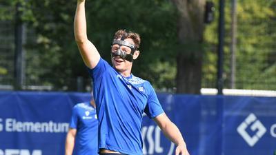 Fidel mit Schutz: Robin Bormuth kommt mit seiner Carbon-Maske klar und schießt im Training schon wieder Tore.