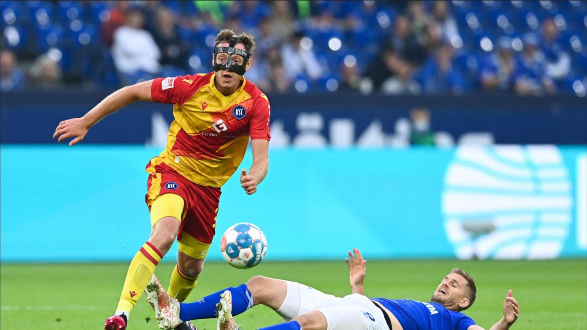 Robin Bormuth (links), hier im Duell mit dem Schalker Simon Terodde, soll gegen den FC St. Pauli die gegnerischen Offensivkräfte bearbeiten.