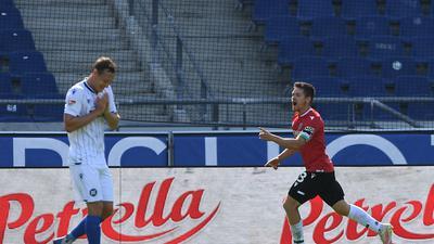 Tor 1:0: Torschuetze Dominik Kaiser (H96), links Robin Bormuth (KSC).  GES/ Fussball/ 2. Bundesliga: Hannover 96 - Karlsruher SC, 19.09.2020  Football / Soccer: 2nd League: Hannover 96 vs Karlsruher SC, Hanover, September 19, 2020